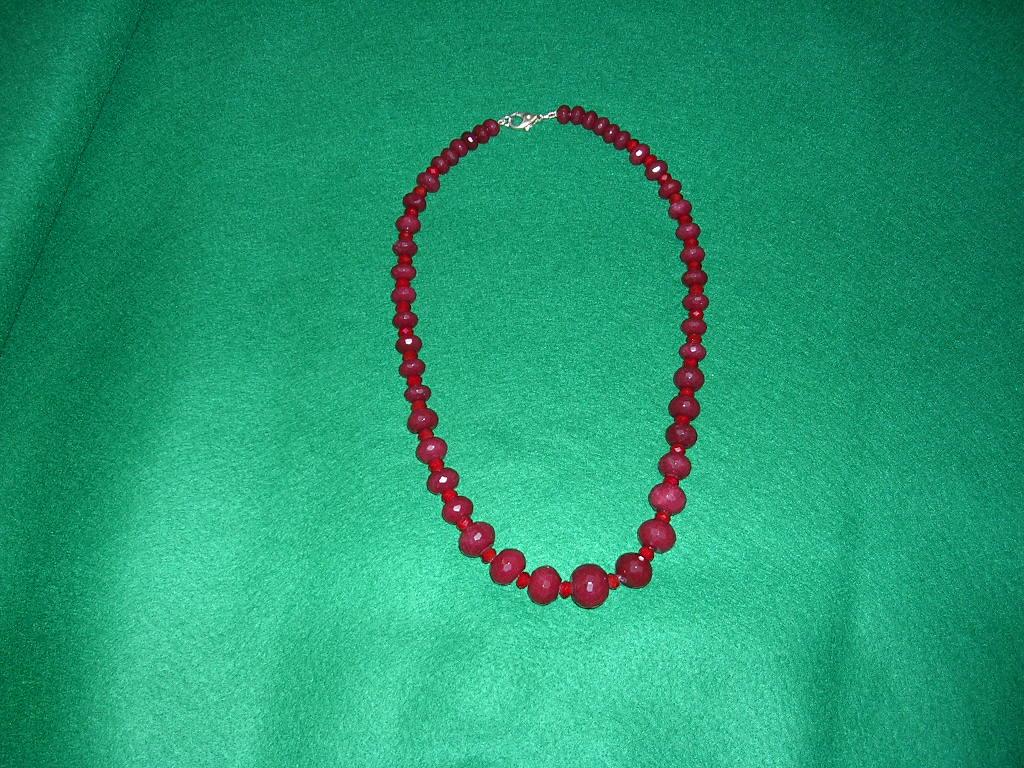 collana con perle di vetro sfaccettate