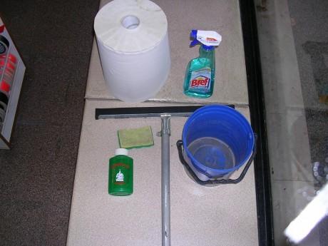strumenti per lavare i vetri